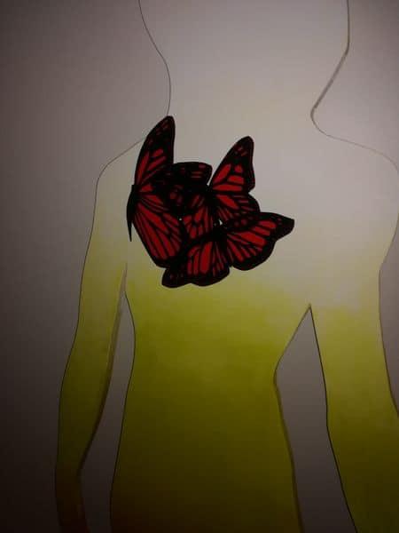 Schmetterlinge an der Frauenfigur von Esther Gischig