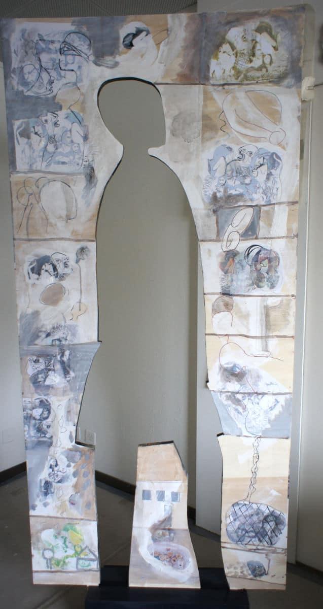 Holztafel mit ausgeschnittener Figur von Regina Simon