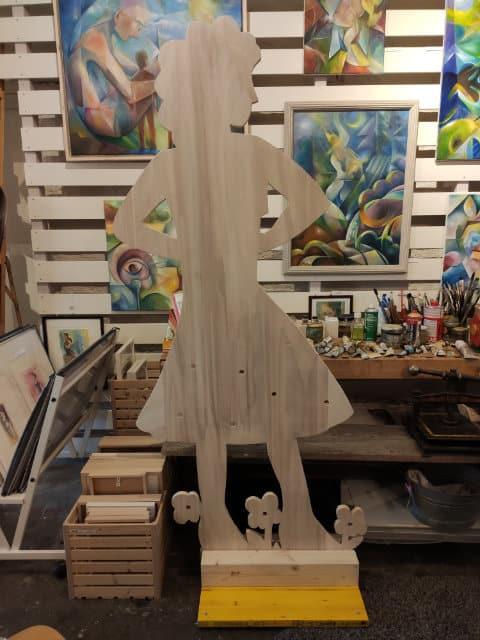 Frauenfigur aus Holz ausgeschnitten von Sibylle Laubscher