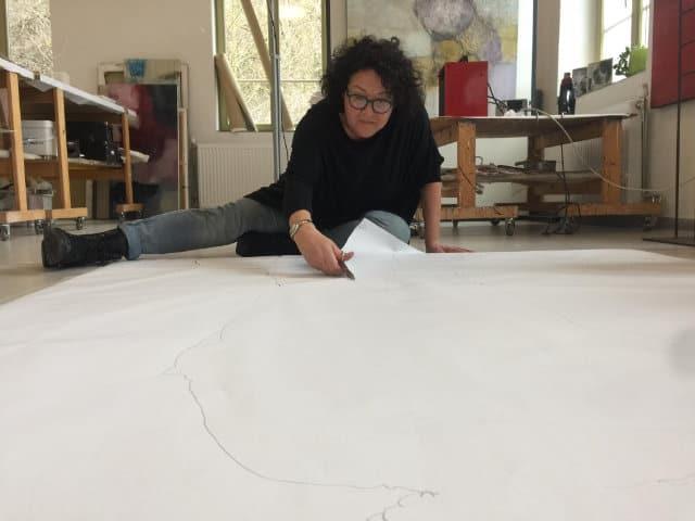 Sonja Schmid im Atelier am Boden